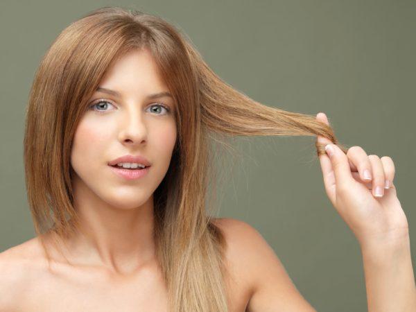 Hạn chế chạm tay vào tóc để tránh kích thích tuyến dầu